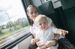 Fostra och barnet på drevet royaltyfria foton
