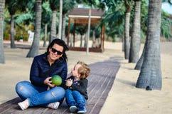 Fostra och barnet på stranden fotografering för bildbyråer