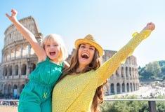 Fostra och behandla som ett barn att jubla framme av colosseumen Royaltyfri Fotografi