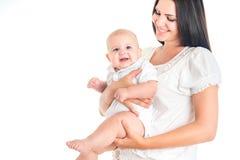 Fostra och behandla som ett barn att le för barn lycklig familj Vit bakgrund Royaltyfri Foto