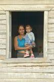 Fostra och behandla som ett barn att posera i husfönster i ölen för Valle de Viï ¿ ½, i central Kuba Fotografering för Bildbyråer
