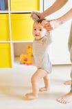 Fostra och behandla som ett barn ben första steg Arkivfoton