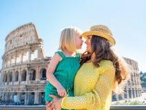 Fostra och behandla som ett barn flickan framme av colosseumen i rome Royaltyfria Bilder