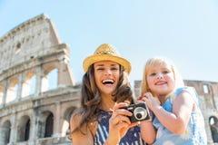 Fostra och behandla som ett barn flickan med fotokameran i Rome Royaltyfri Fotografi