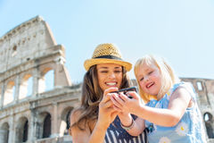 Fostra och behandla som ett barn flickan som kontrollerar foto i Rome Fotografering för Bildbyråer