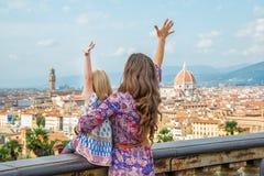 Fostra och behandla som ett barn flickan som ser på panorama- i Italien Royaltyfria Foton
