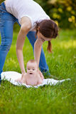 Fostra och behandla som ett barn göra övningsrutin utomhus Royaltyfria Foton