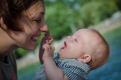Fostra och behandla som ett barn gyckel Fotografering för Bildbyråer