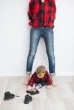 Fostra och behandla som ett barn i röda rutiga skjortor Royaltyfri Foto