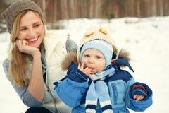 Fostra och behandla som ett barn i vinter Arkivbild
