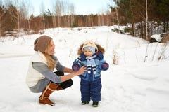 Fostra och behandla som ett barn i vinter Royaltyfri Fotografi