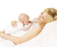 Fostra och behandla som ett barn nyfött, mamman som rymmer den nyfödda ungen på vit Arkivbild