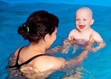 Fostra och behandla som ett barn simning Royaltyfria Foton