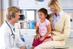 Fostra och besöka doktors Kontor för barnet Fotografering för Bildbyråer