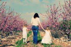 Fostra och döttrar fotografering för bildbyråer