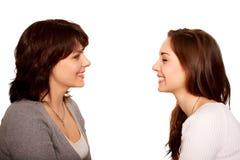 Fostra och den tonårs- dottern som tillsammans talar och skrattar. royaltyfria bilder