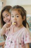 Fostra och dottern Arkivbild