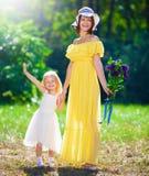 Fostra och dottern royaltyfri bild