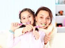 Dottern borstar deras tänder. Royaltyfri Bild