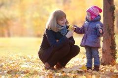 Fostra och dottern i parkera Arkivfoto
