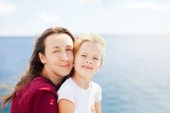 Fostra och dottern på havsbakgrund Arkivbilder