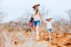 Fostra och dottern som fotvandrar på scenisk terrain royaltyfria bilder