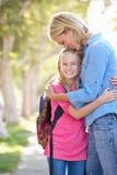 Fostra, och dottern som går till, skolar på den förorts- gatan Royaltyfria Bilder