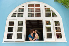 Fostra och dottern som kysser på Colmar Tropicale fransk byggnad i Malaysia arkivfoto