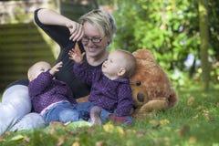 Fostra och henne tvilling- döttrar fotografering för bildbyråer