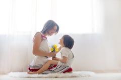 Fostra och hennes barn och att omfamna med mjukhet och omsorg Royaltyfri Foto