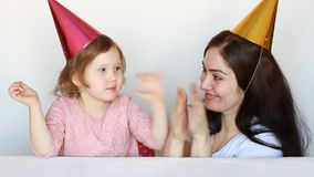 Fostra och hennes dotterleenden, laughes och håll ögonen på kapaciteten och applådera deras händer Cirkus och applåd lycklig mom stock video