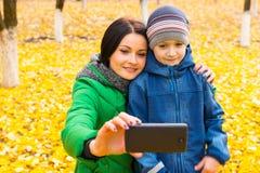 Fostra och hennes gulliga unga son som tar en selfie Arkivbilder