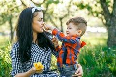 Fostra och hennes son som har den roliga yttersidan i sommar som kramar och skrattar Arkivfoto