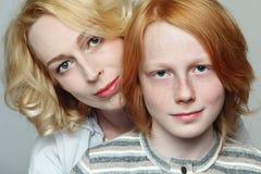Fostra och sonen Fotografering för Bildbyråer