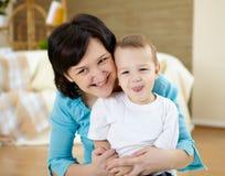 Fostra och sonen hemma på däcka Royaltyfria Bilder