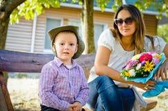 Fostra och sonen på Mothers dagen Royaltyfri Bild