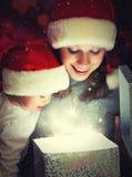 Fostrar behandla som ett barn den magiska gåvaasken för jul och en lycklig familj och Royaltyfri Foto