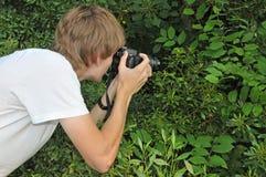 Fotógrafo adolescente de la naturaleza Fotografía de archivo