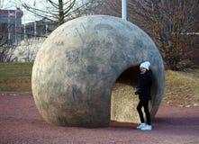 Fotógrafo adolescente lindo de la muchacha en el patio del arte del parque Foto de archivo