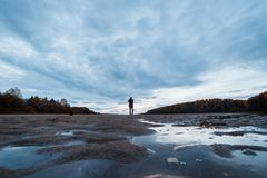 Fotógrafo aficionado del paisaje que tira el paisaje del otoño de la tarde del río Terapia del paisaje imagenes de archivo