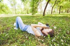 Fotógrafo aficionado Outdoor de la mujer joven Imagenes de archivo