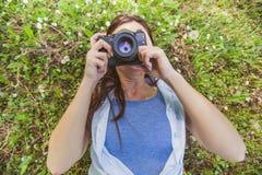 Fotógrafo aficionado Outdoor de la mujer joven Imagen de archivo libre de regalías