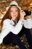 Fotógrafo agradable de la muchacha en el trabajo Fotos de archivo