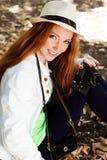 Fotógrafo agradable de la muchacha en el trabajo Foto de archivo