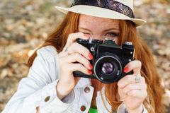 Fotógrafo agradable de la muchacha en el trabajo Foto de archivo libre de regalías