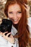 Fotógrafo agradable de la muchacha en el trabajo Fotografía de archivo