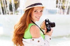 Fotógrafo agradable de la muchacha en el trabajo Imagenes de archivo