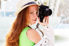 Fotógrafo agradable de la muchacha en el trabajo Imágenes de archivo libres de regalías