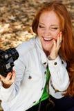 Fotógrafo agradable de la muchacha que toma el selfe en parque del otoño Imagen de archivo libre de regalías