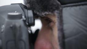 Fotógrafo al aire libre en invierno almacen de video
